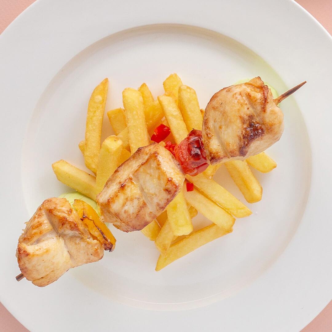 Шашлык из куриного филе с картофелем фри
