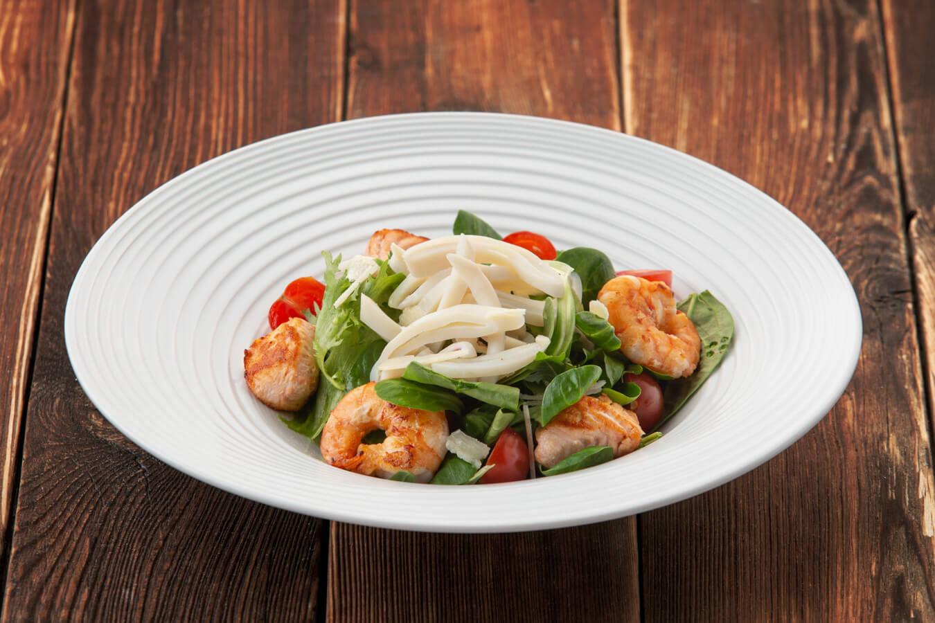 Тёплый салат с кальмарами, креветками и лососем