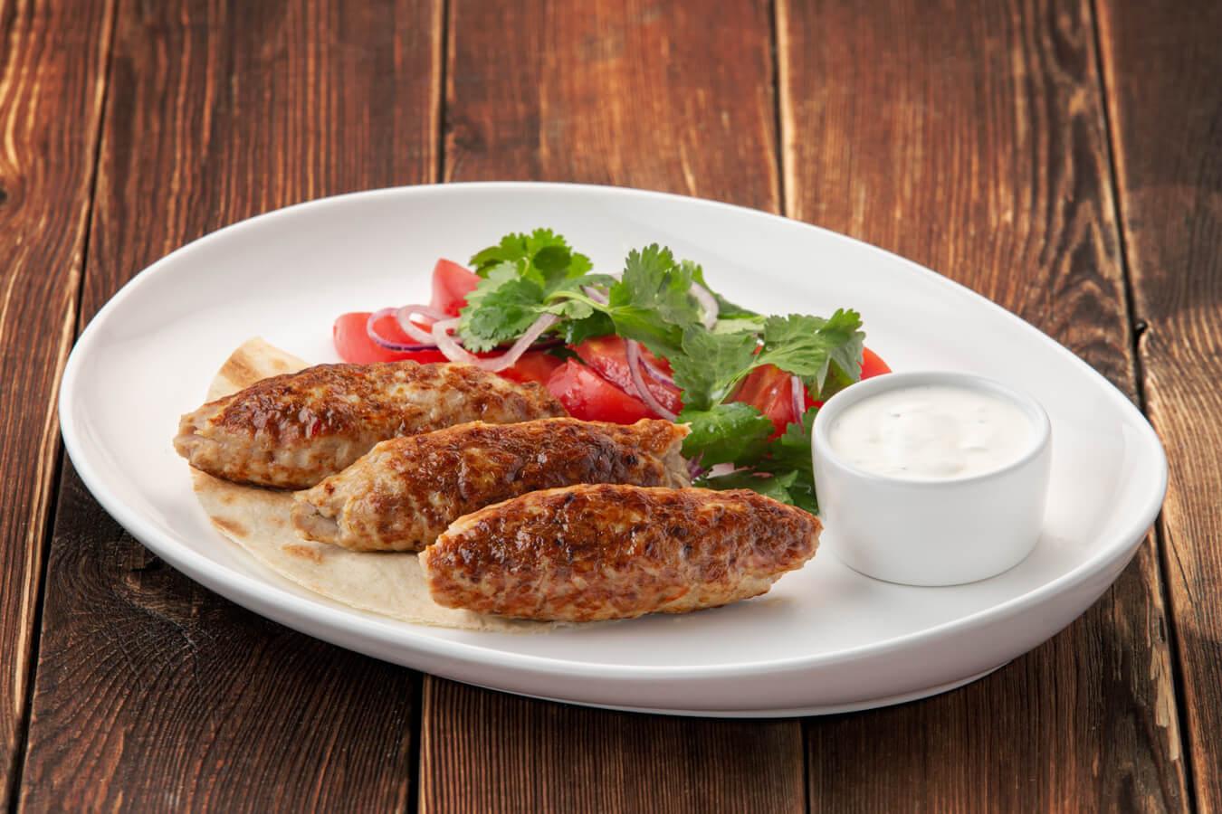 Люля-кебаб из куриного филе с томатным салатом