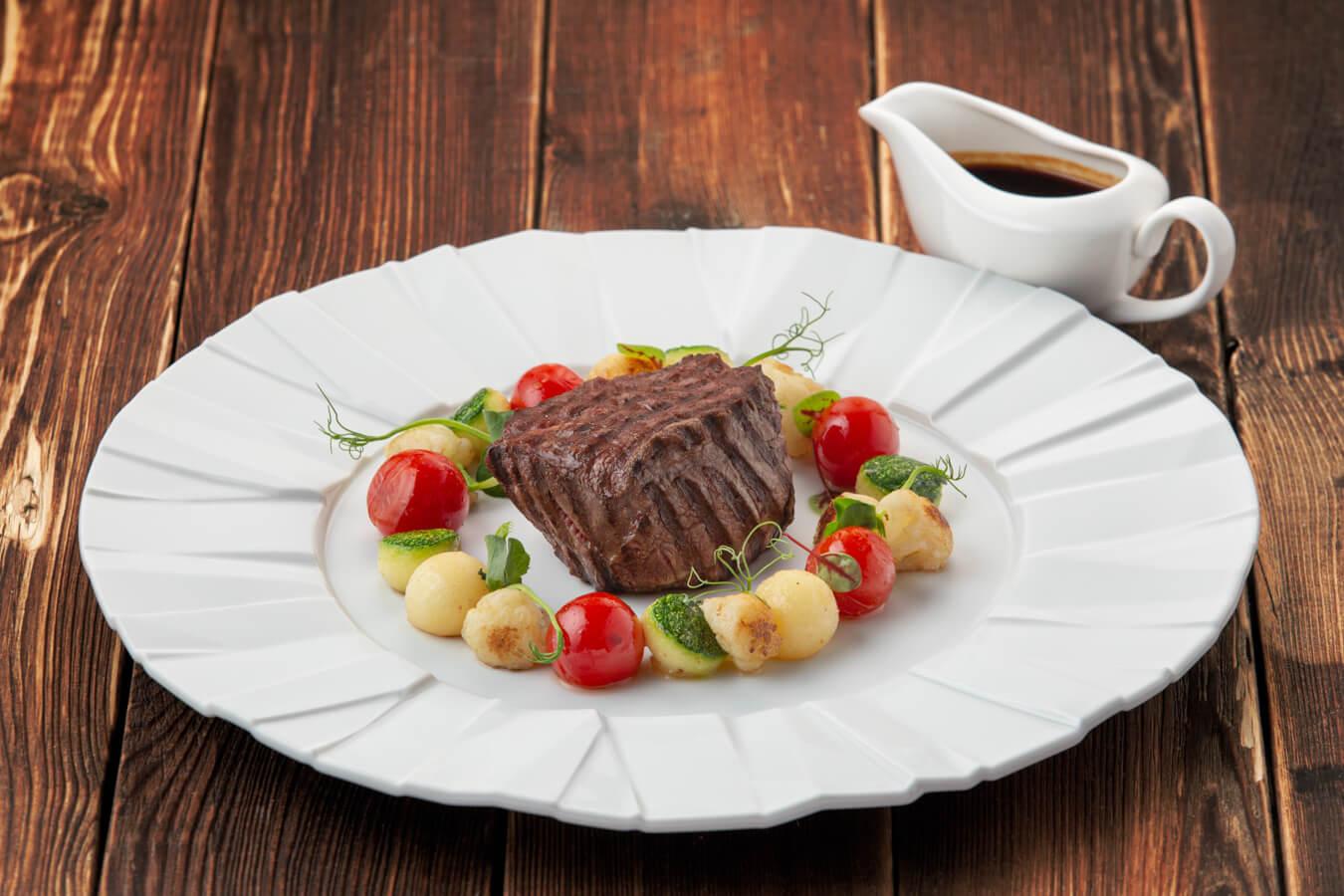 Филе говядины с картофелем, цуккини и цветной капустой