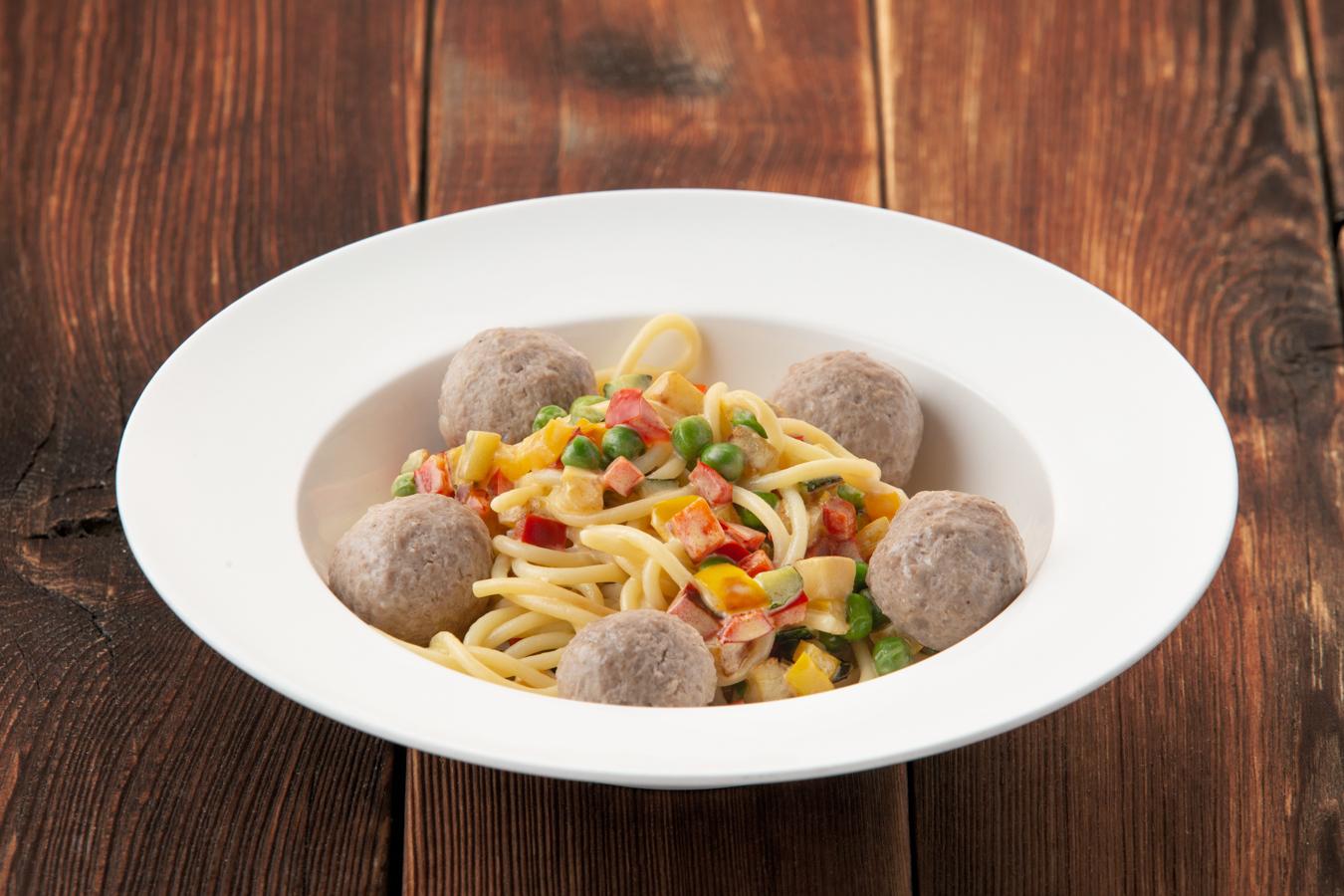 Спагетти с мясными шариками в сливочном соусе