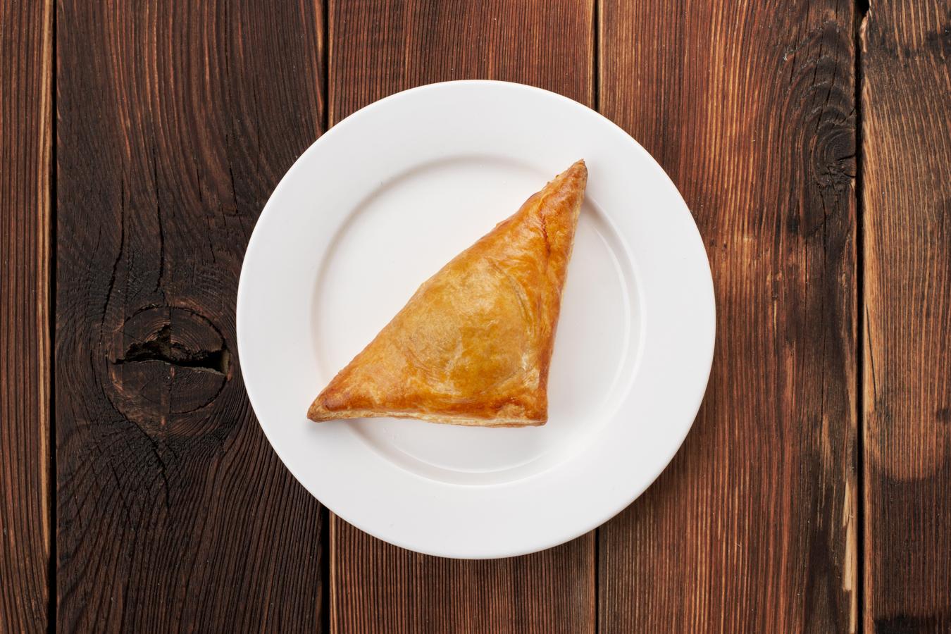 Слоёный пирожок с курицей