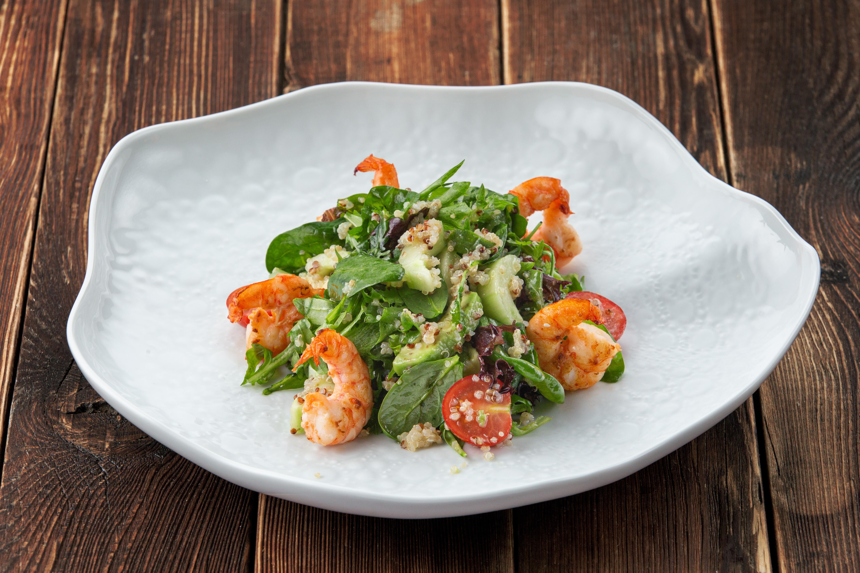 Зеленый салат с креветками, киноа и авокадо