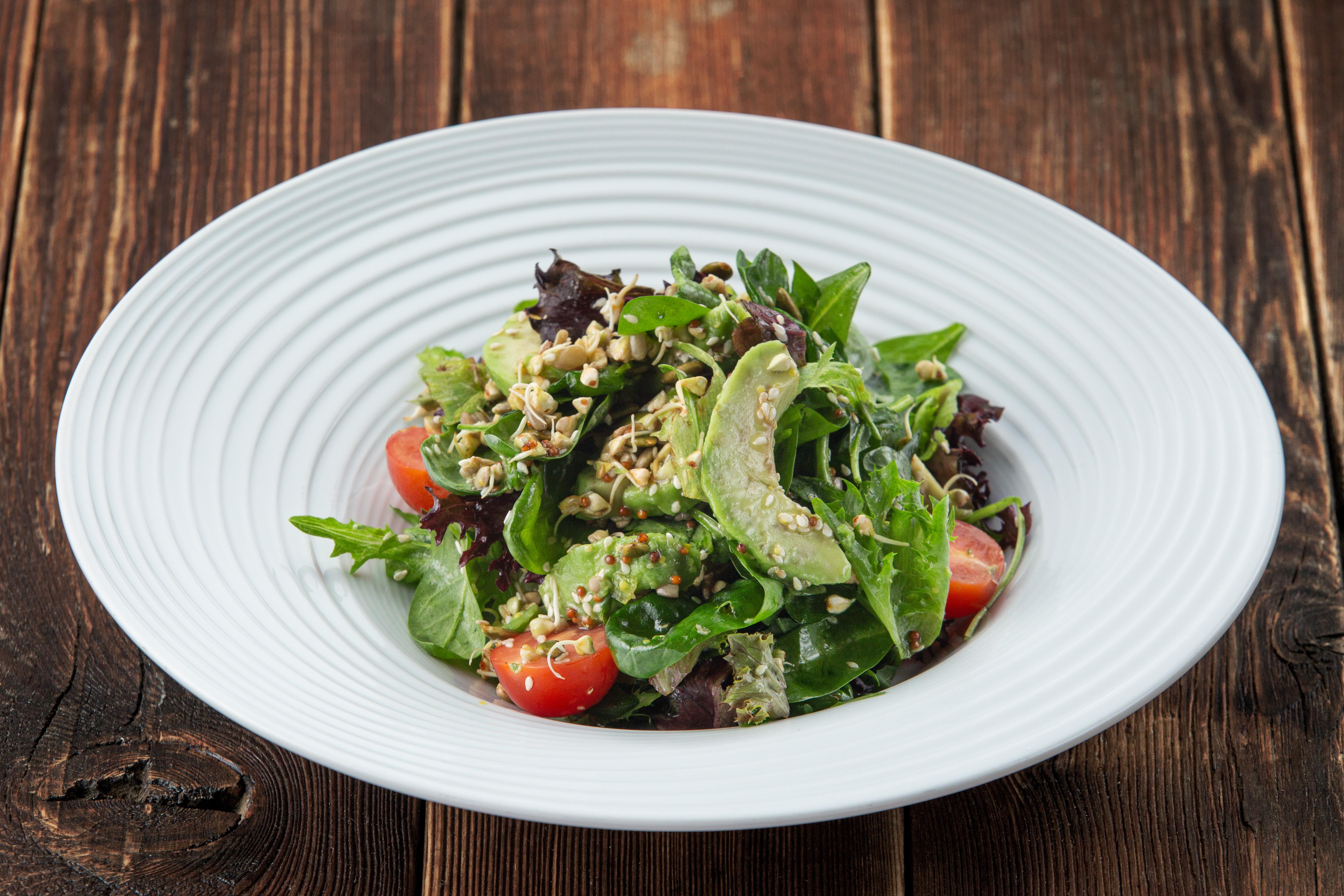 Зеленый салат со шпинатом, авокадо, ростками зеленой гречи и семечками