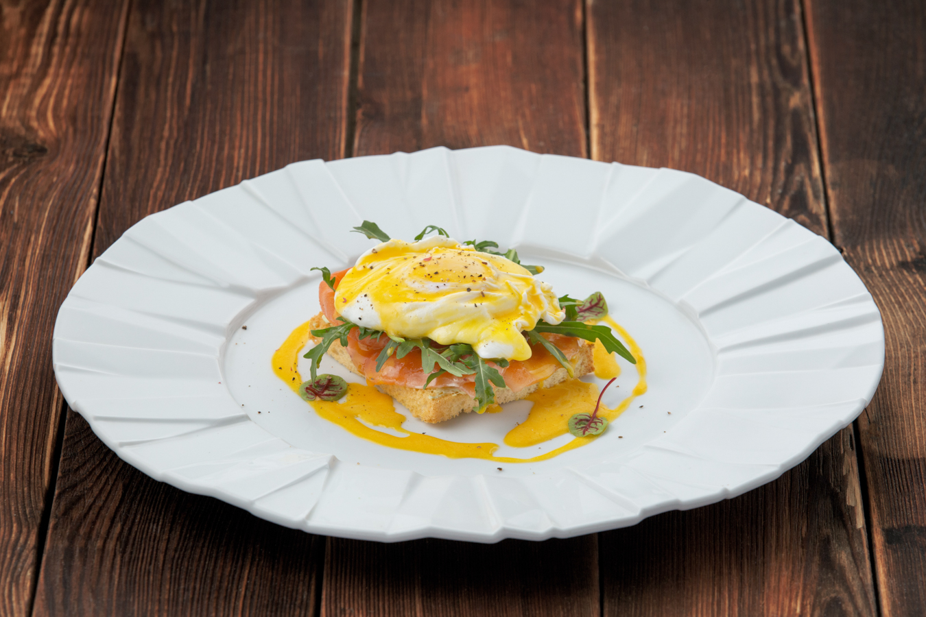 Яйцо Бенедикт с лососем и голландским соусом