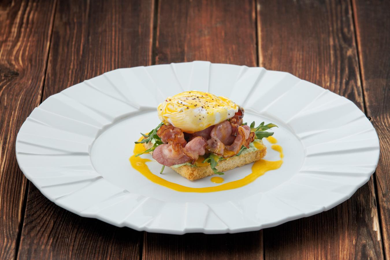 Яйцо Бенедикт с беконом и голландским соусом
