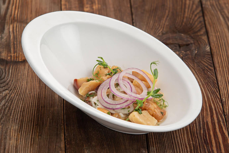 Маринованные белые грибы с репчатым луком и ароматным маслом