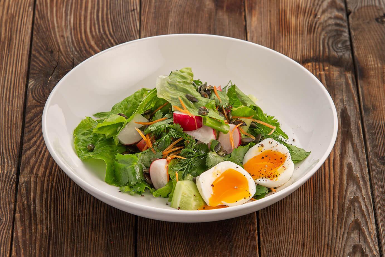 Дачный салат из овощей с яйцом и ароматным маслом