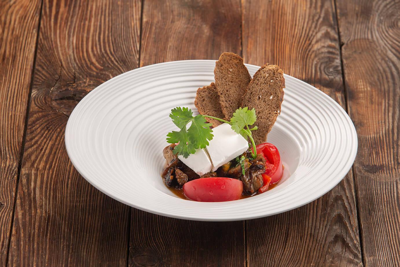 Салат из печёных овощей, томатов с кинзой и сыром