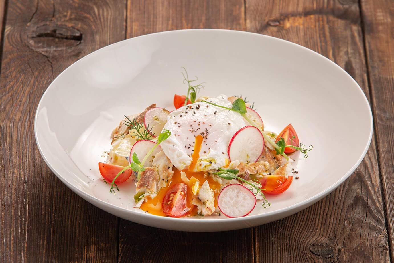 Тёплый салат с копчёным на ольхе судаком, овощами и яйцом пашот