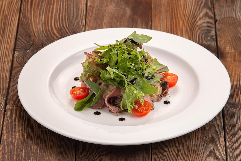 Тёплый салат с ростбифом и белыми грибами в сливочно-имбирном соусе
