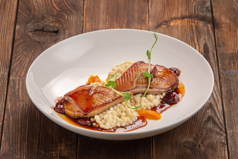 Филе утки с тыквенным пюре, жемчужным кус-кусом и вишнёвым соусом